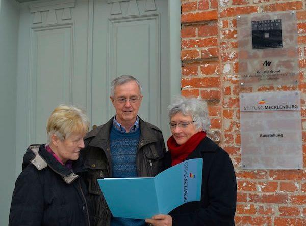 Eva-Maria und Detlef Niemann aus Plate mit der Geschäftsführerin der Stiftung Mecklenburg, Dr. Ulrike Petschulat